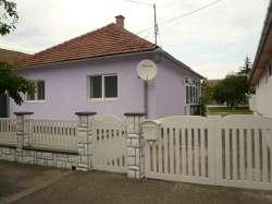 Apatin nekretnine - Kuca u APATINU je sagradjena 1971 god. (Blokovi i cigla) 120q/m sa dva odvojena stanbena prostora